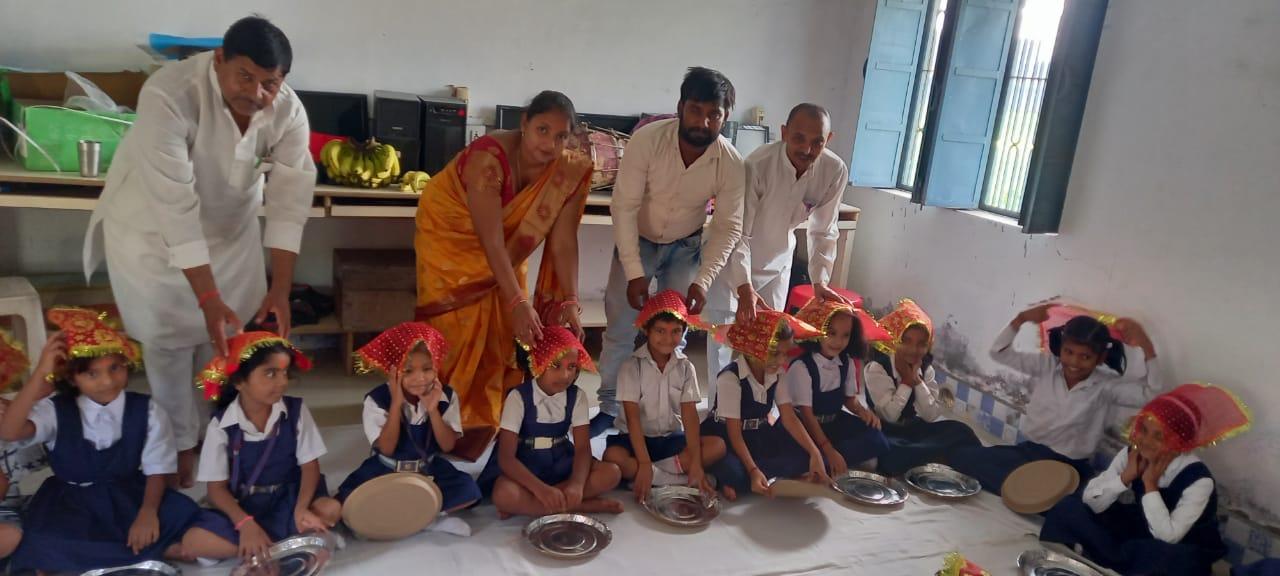 संतकबीरनगर : हीरालाल रामनिवास स. वि. मं. उ. मा. वि. खलीलाबाद में कन्या पूजन कार्यक्रम हुआ संपन्न