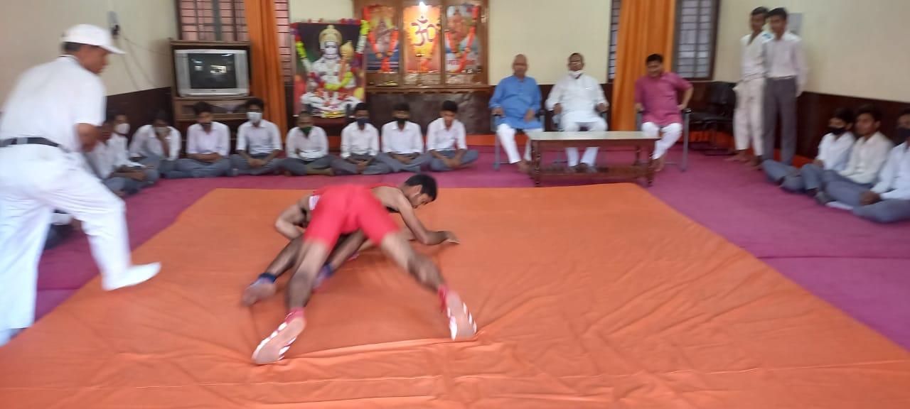 गोरखपुर : सरस्वती शिशु मंदिर पक्कीबाग में छात्रों को कुश्ती व ताइक्वांडो का कराया गया अभ्यास